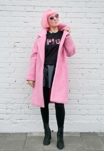 saraisinlovewith_look_blogger_outfit_pink_hair_pastels_miumiu_glitter_sunglasses_jacquemus_fluffy_coat_timberland_illustrated_people